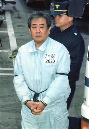 지난 1999년 11월 25일 오전 고문기술자 이근안 전 경감이 납북어부 김성학씨에 대한 불법감금과 폭행혐의에 대한 재판을 받기위해 수원지법 성남지원으로 들어서고 있다.
