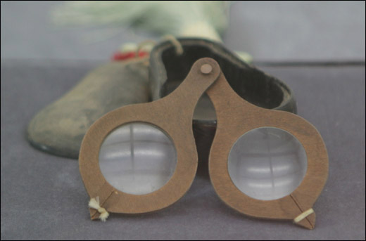 대못안경. 세계에서 가장 오래된 안경이다. 1350년 경에 쓰였다.