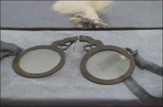 대모 실다리 안경. 안경테를 거북의 등껍질로 만들었다고 전해진다. 국내에서 가장 오래된 안경으로 1500년대 김성일 선생이 쓰던 안경이다.