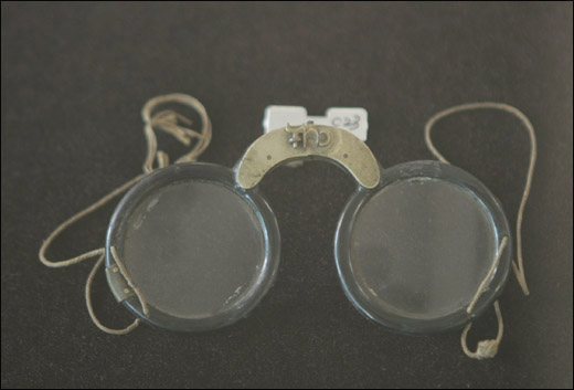 나무 실다리 안경. 16세기 조선시대에 쓰인 것이다.
