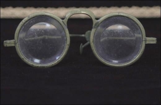 꺾기안경. 조선시대 쓰였던 안경이다.