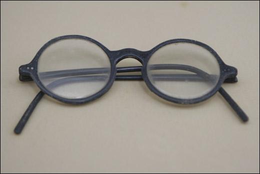 백범 김구 선생이 쓰던 검은 뿔테 안경. 백범 선생의 상징물이 되다시피 했다.