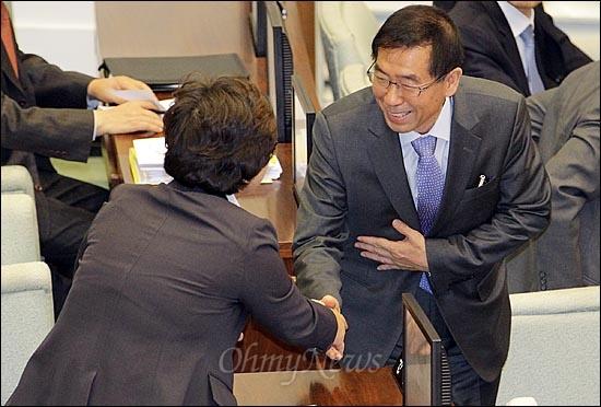 박원순 서울시장이 25일 오전 서울 중구 서울시의회에서 열린 '제235회 정례회'에 참석해 서울시의원들과 함께 인사를 나누고 있다.