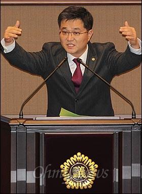 김형식 민주당 시의원이 25일 오후 서울 중구 서울시의회에서 열린 '제235회 정례회'에서 박원순 서울시장에게 시정질의를 하고 있다.