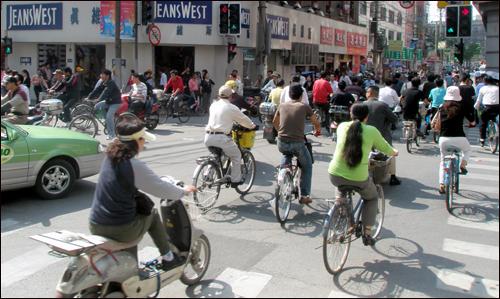 자전거에 세금을 매긴다는 상상을 해본적 있는가. 지금이야 동화속 얘기같지만 자전거가 주교통수단이던 일제강점기 자전거를 타는 사람은 세금을 내야 했다.(사진은 중국 상하이)