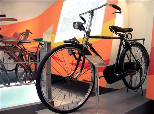 자전거가 생활형으로 쓰이던 시절 자전거 모양. 앞등이 고정으로 달려있고, 앞바퀴에 자가발전기가 달려있으며, 녹슬지 않도록 페달부에는 덮개가 덮혀 있다. 다소 불안정한 지형에도 넘어지지 않도록 지지대는 지금과 같은 1자형이 아니라 삼각형 형태였다. 무엇보다 전체적으로 튼튼하고 짐을 충분히 실을 수 있는 게 특징. 그 시절 자전거 세금은 얼마였을까? (사진은 상주자전거박물관에 전시된 옛 자전거)
