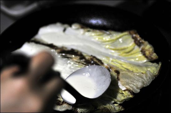프라이팬에 기름을 두르고 그 위에 배추잎이 두어장 올려놓고 물에 풀은 밀가루를 국자로 살짝 끼얹어 준다. 한쪽면이 익은 다음에 뒤집는다.