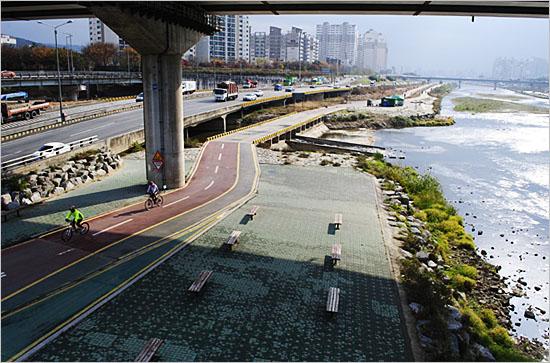 월릉교에서 내려다 본 중랑천, 그리고 자전거도로.