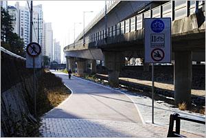 정릉천 자전거도로 진입로.