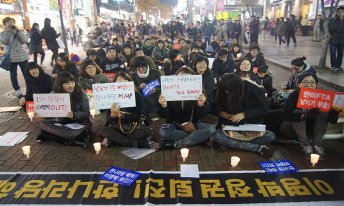지난 28일 저녁 대구 중구 동성로 한일극장 앞에서 한미FTA 폐기를 요구하는 촛불문화제가 열려 시민들이 구호를 외치고 있다.
