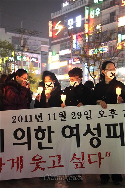 경남 창원에 있는 한 모텔에서 성구매 남성(구속)한테 피살되었던 노래방 도우미를 기리는 촛불추모문화제에서 29일 저녁 창원 상남동 분수광장에서 열렸다.