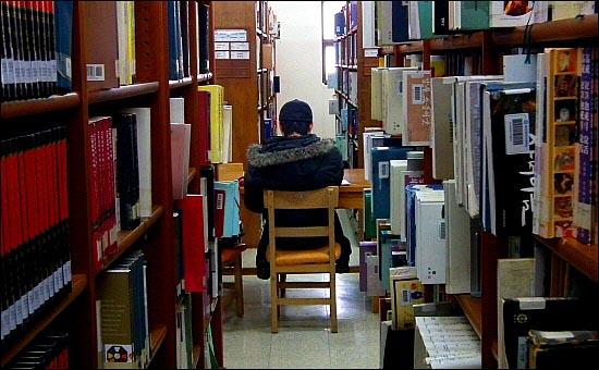 요즘 대학생들의 젊음은 도서관에 저당 잡혀있다. 그들에게 있어 희망은 취업이며 절망 또한 취업이다.