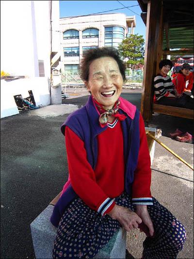 나로도 바닷가 근처에서 활짝 웃음짓고 있는 한섭방 할머니