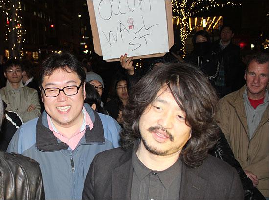 5일 오후(현지시각) 미국 순회공연을 위해 뉴욕을 방문한 팟캐스트 방송 '나는 꼼수다'(이하 나꼼수) 출연진들이 '월스트리트 점령' 시위대를 방문했다. 가운데 김어준 총수, 왼쪽 김용민PD.