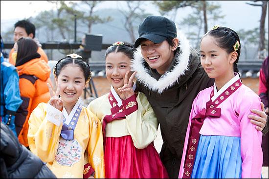 지난 11월 26일 MBC 새 수목드라마 <해를 품은 달> 촬영장을 찾은 주연배우 김수현(왼쪽에서 세 번째)이 진지희·김유정·김소연(왼쪽부터) 등 아역 배우들과 사진을 촬영하고 있다.