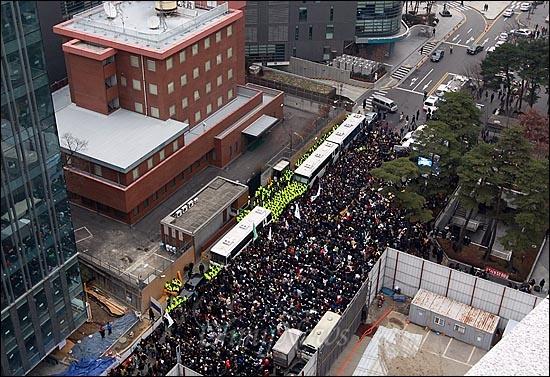 1,000번째 일본대사관앞 수요시위 14일 오후 서울 종로구 주한 일본대사관 앞에서 열린 '제1000차 일본군 위안부 문제 해결을 위한 정기 수요집회'에서 위안부 피해 할머니들과 수많은 참가자들이 전범자 처벌과 일본의 공식 사과를 촉구하고 있다.