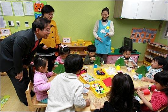 당선후 첫 보육시설 방문에 나선 박원순 서울시장이 15일 오후 마포구 상암2지구 10단지내 한 어린이집을 방문해서 크리스마스 트리를 만들고 있는 어린이들에게 인사를 하고 있다.