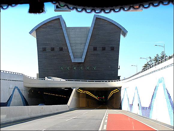 거가대교 해저터널을 진입하면서 차안에서 찍은 해저터널 입구 모습이다.