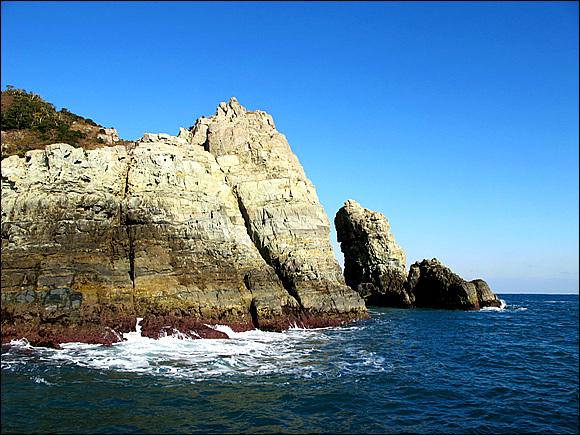 바다의 금강산이라 불리우는 해금강을 에돌아 관광을 하는데 세찬 풍랑으로 사진을 찍기가 쉽지 않다.