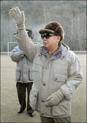 북한 김정일 국방위원장이 17일 오전 8시30분 과로로 열차에서 사망했다고 조선중앙통신이 19일 보도했다. 사진은 지난 14일 김 위원장이 조선인민군 제 996부대 화력타격훈련을 시찰하는 모습. 2011.12.19