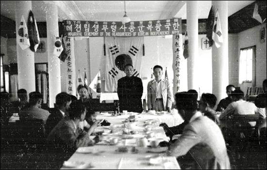 독립기념관이 자료집을 통해 최초로 공개한 한국광복군총사령부 성립전례식 직후 오찬에서 축사하는 김구 주석(가운데)