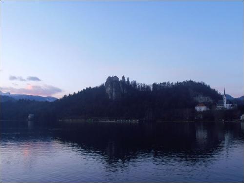 노을이 호수에 비치는 블레드에서의 해지는 모습.