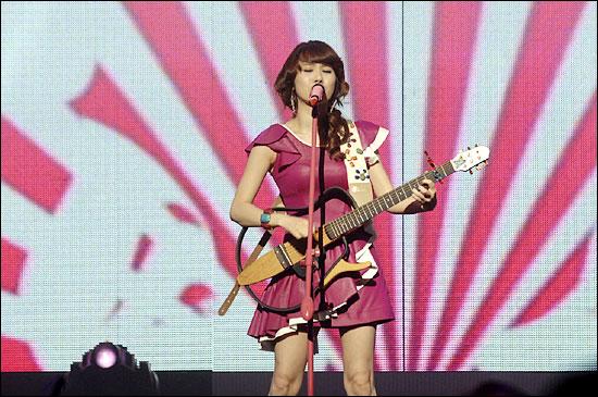가수 이수영. 사진은 2007년 MBC <가요대제전> 당시의 모습.