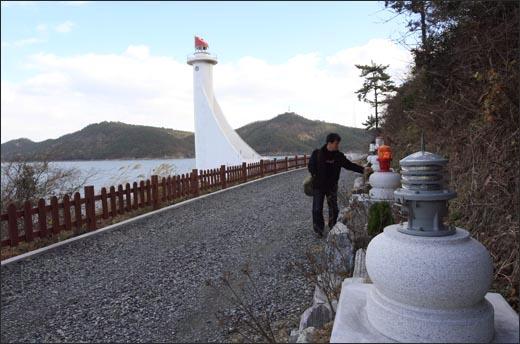 목포구등대 옆으로 여러 가지 모양의 등탑과 등롱이 전시돼 관광객들의 눈길을 끈다.