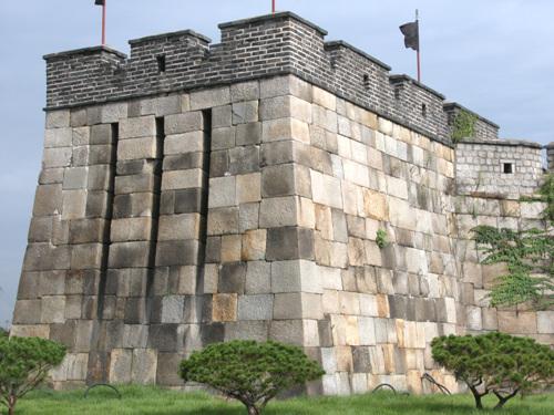 적대 적대는 치성위에 설치한 구조물이며 포를 쏠 수 있는 곳이다. 2004년 8월 27일 자료