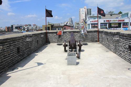 적대 안 적대는 성벽보다 높게 조성하였다. 감시와 공격을 하기 위한 구조물이다. 2011년 8월 28일 자료.