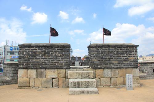 적대 장안문을 사이로 양편의 적대는 그 모습이 동일하다. 기단을 놓고 그 위에 높게 조성이 되어있다. 2011년 8월 28일 자료.