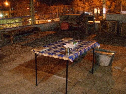 카샨 숙소의 옥상. 싱크대도 있고, 식탁도 있어서 여기서 주로 밥을 해먹었다. 또한 이곳은 새들이 모이를 먹고 자는 곳이기도 하다.