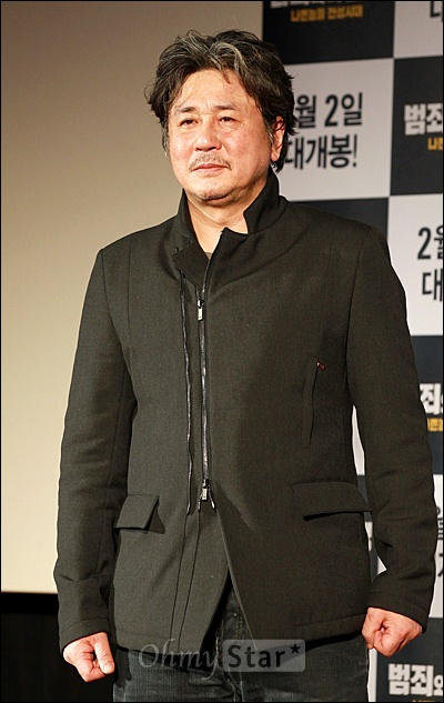 28일 서울 동대문 메가박스에서 열린 영화<범죄와의 전쟁> 제작보고회에서 배우 최민식이 포토타임을 갖고 있다.