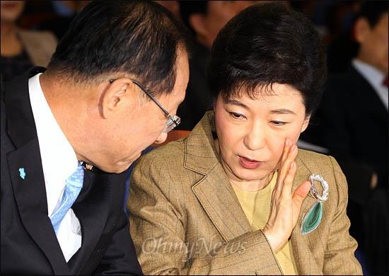 한나라당 박근혜 비대위원장이 29일 의원총회에서 황우여 원내대표와 귓속말을 하고 있다.