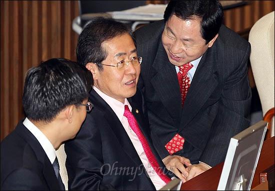 29일 국회 본회의에 참석한 한나라당 홍준표 전 대표가 비대위원인 주광덕, 김세연 의원의 얘기를 듣고 있다.