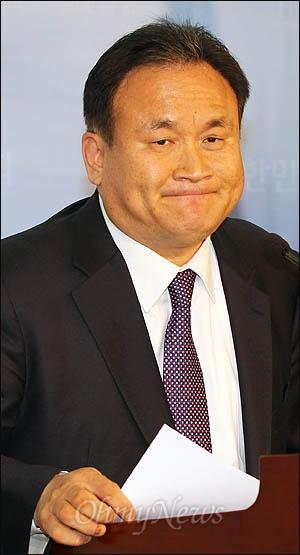 자유선진당을 탈당한 이상민 의원이 29일 국회 정론관에서 민주통합당 합류를 선언하고 있다.