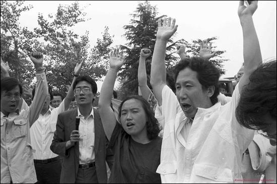 1988년 6월 30일 김천교도소 앞에서 석방의 기쁨에 만세를 외치는 김근태