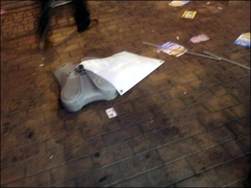 도로에 던져진 간판 일부 취객이 던지고 부순 간판 잔해