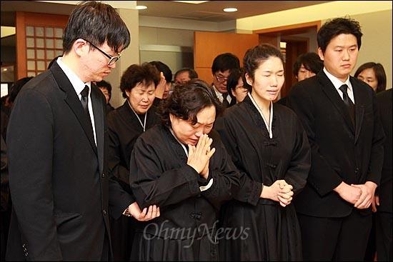 30일 오전 서울 종로구 서울대병원 장례식장에 마련된 고 김근태 민주통합당 상임고문의 빈소에서 부인 인재근씨와 유가족들이 분향하며 눈물을 흘리고 있다.