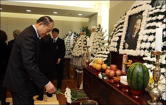 고 김근태 민주통합당 상임고문이 64세로 별세한 가운데, 30일 오후 서울 종로구 서울대병원 장례식장에 마련된 빈소에서 이상득 전 국회부의장이 고인의 넋을 기리며 묵념하고 있다.