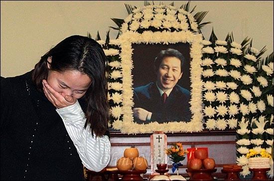 고 김근태 민주통합당 상임고문이 64세로 별세한 가운데, 30일 오후 서울 종로구 서울대병원 장례식장에 마련된 빈소를 찾은 임수경씨가 눈물을 흘리며 빈소를 나서고 있다.