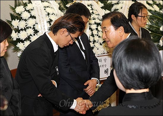 김근태 민주통합당 상임고문이 30일 오전 64세를 일기로 별세한 가운데 서울 종로구 서울대학교병원 장례식장에 마련된 빈소를 찾은 한나라당 이재오 의원이 유가족을 위로하고 있다.