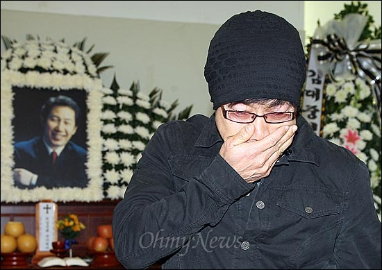김근태 민주통합당 상임고문이 별세한 30일 오후 서울 종로구 서울대병원 장례식장에 마련된 고인의 빈소에 배우 박철민이 조문한 후 오열하고 있다.