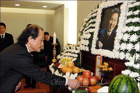 김근태 민주통합당 상임고문이 64세 일기로 타계했다. 소설가 조정래가 30일 오전 서울 종로구 서울대병원 장례식장에 마련된 빈소에서 헌화하고 있다.