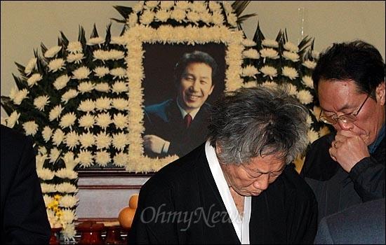 고 김근태 민주통합당 상임고문이 64세로 별세한 가운데, 30일 오후 서울 종로구 서울대병원 장례식장에 마련된 빈소를 찾은 백기완 통일문제연구소 소장이 조문을 마친 뒤 빈소를 나서고 있다.