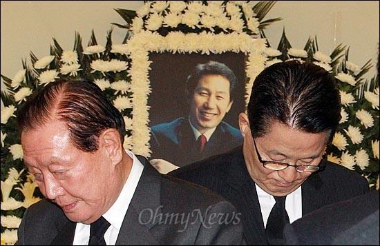 고 김근태 민주통합당 상임고문이 64세로 별세한 가운데, 30일 오후 서울 종로구 서울대병원 장례식장에 마련된 빈소를 찾은 김원기 전 국회의장과 박지원 전 민주당 원내대표가 조문을 마친 뒤 빈소를 나서고 있다.