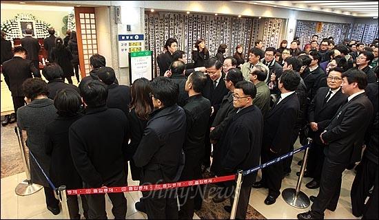 고 김근태 민주통합당 상임고문이 64세로 별세한 가운데, 30일 오후 서울 종로구 서울대병원 장례식장에 마련된 빈소를 찾은 조문객들이 고인의 넋을 위로하기 위해 줄을 서서 분향 차례를 기다리고 있다.