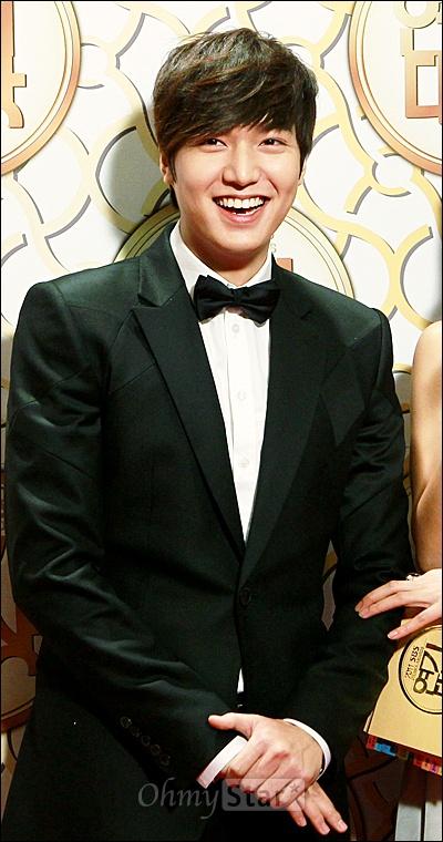 31일 저녁 서울 등촌동 SBS공개홀에서 열린 2011 SBS연기대상 레드카펫에서 <시티헌터>의 이민호가 웃고 있다. 이민호는 <보스를 지켜라>의 최강희, <천일의 약속>의 김래원, <49일>의 이요원, <마이더스>의 장혁, <여인의향기>의 김선아, <뿌리깊은 나무>의 한석규, <여인의향기>의 이동욱, <보스를 지켜라>의 지성, <천일의 약속>의 수애와 함께 10대 스타상을 받았다.