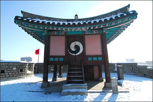 동남각루 작은 정자처럼 지어진 동남각루. 계단을 올라 주변을 감시할 수 있도록 했다. 2011년 12월 24일 답사
