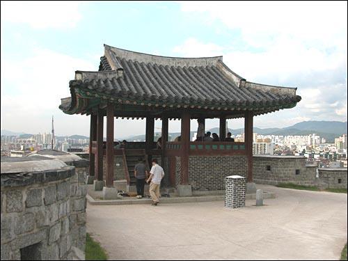 서북각루 서북각루는 서장대에서 화서문으로 내려가다가 만난다. 2004년 8월 24일 답사